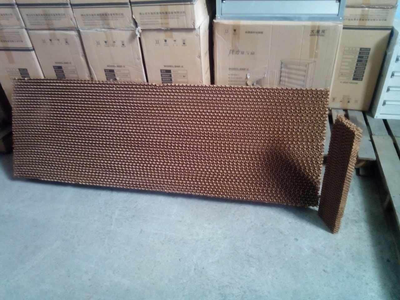 Tấm làm mát cùng máy điều hòa đều là giải pháp làm mát nhà xưởng được áp dụng, tuy nhiên so với sử dụng máy điều hòa nhiệt độ thì tấm làm mát được xem là giải pháp làm mát nhà xưởng được ưa chuộng hơn hẳn, mang lại nhiều lợi ích thực tế cho cả người lao động lẫn nhà đầu tư. 1., Tấm làm mát giúp tiết kiệm điện năng Thông thường ở trong cùng một điều kiện nhiệt độ, việc sử dụng tấm làm mát để làm mát nhà xưởng thường được lựa chọn và ưa chuộng sử dụng hơn hẳn, không chỉ giúp làm mát được lượng không khí lớn trong nhà xưởng mà còn giúp làm sạch không khí và tiết kiệm điện năng tối ưu. Đặc biệt trong điều kiện nguồn năng lượng điện năng ngày càng cạn kiệt như hiện tại, trái đất cũng ngày càng nóng lên nên đòi hỏi các nhà xưởng, khu trưng bày hay gian hàng, nhà ăn, khu vui chơi giải trí…. Đều cần bố trí hệ thống làm mát bằng tấm làm mát để tiết kiệm điện năng hơn hẳn, chưa kể tấm làm mát còn sử dụng được ở không gian lớn, không gian mở nên tính ứng dụng cũng lớn hơn nhiều so với máy điều hòa. Nhu cầu cần thiết khi lắp đặt hệ thống làm mát cũng đòi hỏi quản lý nhà xưởng phải đặt ra bài toán tiết kiệm điện năng để đảm bảo tiết kiệm nguồn năng lượng điện năng tiêu thụ tối ưu nhất, từ đó đảm bảo đạt được hiệu quả làm mát tối đa, lúc này việc chọn dùng tấm làm mát được xem là giải pháp khôn ngoan cho các nhà đầu tư. 2. Tấm làm mát đảm bảo môi trường làm việc tươi mới và trong lành Khác với máy điều hòa nhiệt độ có thể làm mát không gian kín hiệu quả nhưng lại khô và thiếu sự cân bằng độ ẩm, việc sử dụng tấm làm mát để làm mát không gian được xem là tiện ích hơn nhiều. Tấm làm mát có thể sử dụng được ở môi trường thông thoáng bên ngoài, với ống dẫn vào vị trí làm việc của người lao động, và ở những vị trí này lượng gió làm mát sẽ tràn vào và cung cấp cho người lao động nguồn không khí thiên nhiên giàu oxy, bảo vệ sức khỏe người lao động và giữ cho môi  trường làm việc luôn trong lành, tươi mới. 3. Tấm làm mát luôn đảm bảo công suất làm mát Khác với máy điều hòa nhiệt độ thường